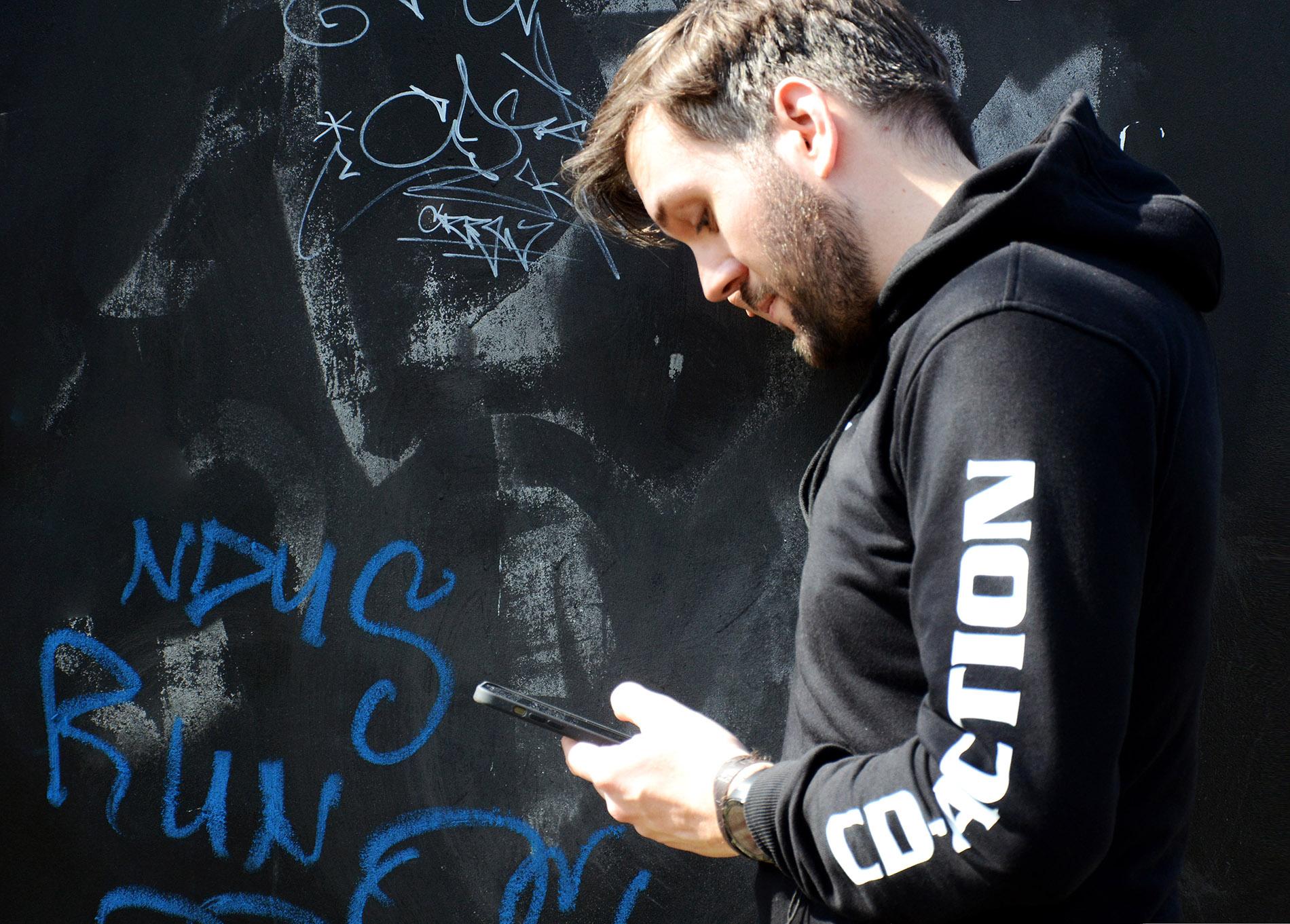 Bluza z kapturem i białym napisem CD-Action na rękawie, czarna, rozmiar M